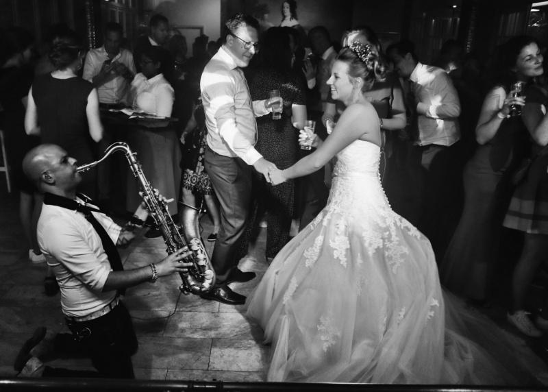 Sax-and-DJ-bruiloft-feest-saxofonist3